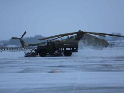 На прибиранні снігу з аеродромів Повітряних Сил залучено близько 130 одиниць спецтехніки