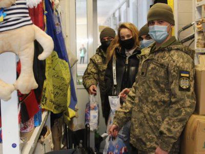 Одеські курсанти передали солодкі подарунки пораненим українським військовослужбовцям