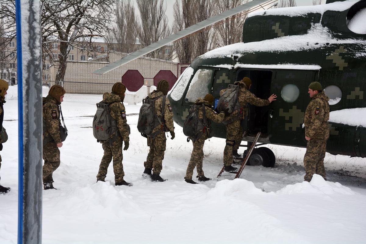 На Миколаївщині строковики-десантники готуються до першого стрибка з парашутом
