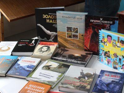 Пацієнти військового шпиталю отримали сучасні патріотичні книги