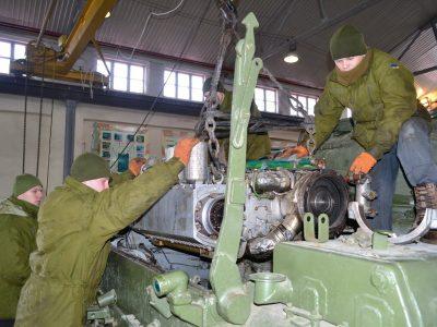 Курсанти-танкісти практикуються у ремонті техніки за різних умов
