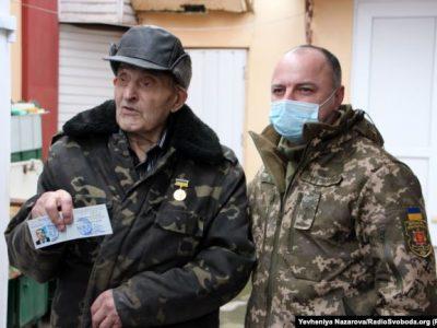 90-річний ветеран ОУН Василь Семеляк отримав статус та посвідчення учасника бойових дій