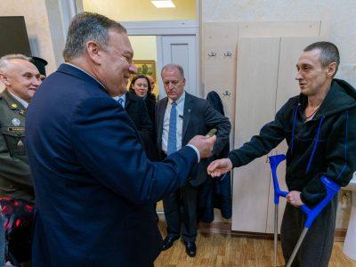 Помпео поділився знімком з українськими військовими в київському госпіталі