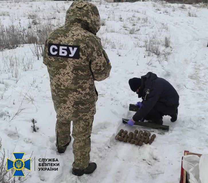 На Луганщині СБУ виявила арсенал бойовика, якого оголошено в розшук