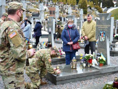 Американські солдати разом зі львів'янами вшанували пам'ять українських героїв, загиблих на Донбасі