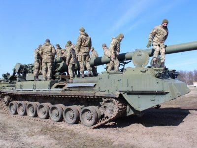 На стажуванні курсанти-артилеристи тренуються на сучасному комп'ютерному артилерійському полігоні