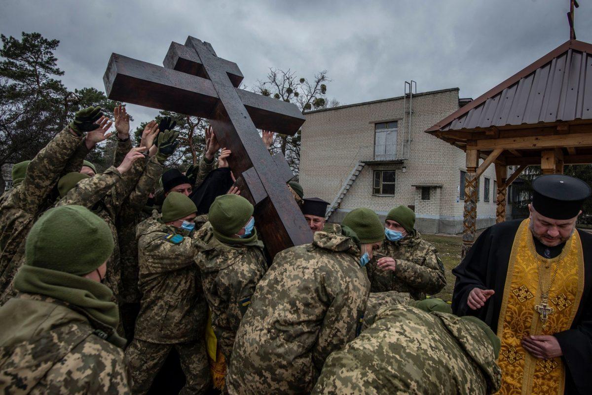 Холодноярці встановили хрест на місці майбутього гарнізонного храму