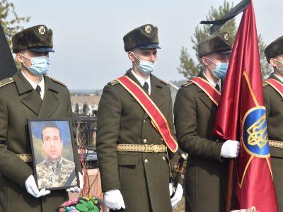На Київщині поховали старшого солдата Олександра Пекура, який загинув від кулі снайпера