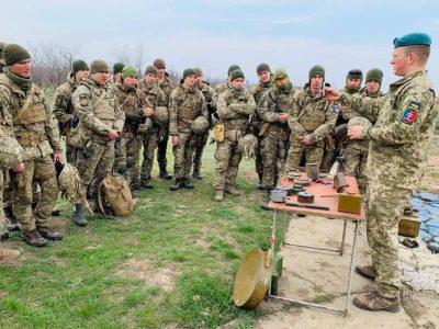 Морпіхи з бойовим досвідом розповіли одеським курсантам, як протидіяти підступним методам війни російських окупантів