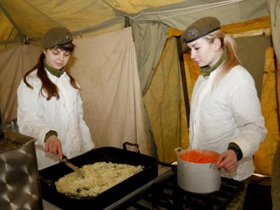 Готувати їжу в польових умовах навчалися майбутні фахівці продовольчої служби