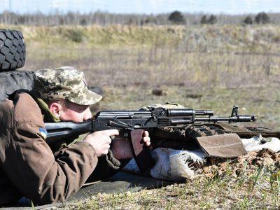 Як воїни перевіряють і приводять зброю до нормального бою