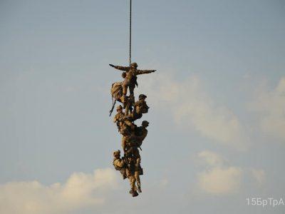 Армійці відпрацювали безпарашутне десантування та евакуацію