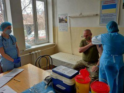 Головнокомандувач ЗСУ Руслан Хомчак вакцинувався від COVID-19 в районі ООС