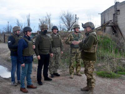 Прифронтову Авдіївку з візитом відвідали парламентарі з Польщі та Литви