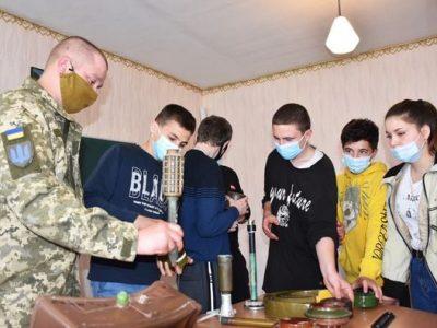 Військовослужбовці ЗСУ провели урок з мінної безпеки для школярів прифронтових населених пунктів