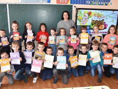 Дітки Хмельниччини передали захисникам України на передову великодні листівки