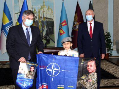 Десятирічна рекордсменка національних і світових рекордів подарувала Міністрові оборони України прапор, який здійняла над Говерлою