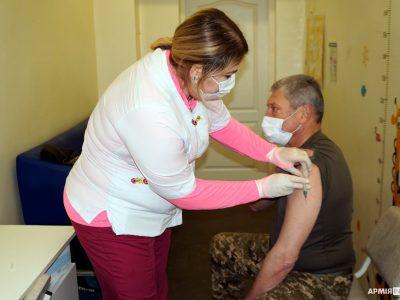 Вакцинація проти COVID-19 на Харківщині: командири подають приклад