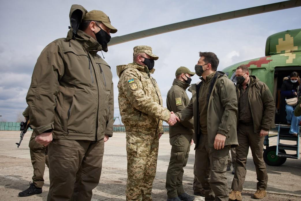«Їдемо на місця загострення на Донбасі. Хочу бути з нашими солдатами у важкі часи», – Володимир Зеленський