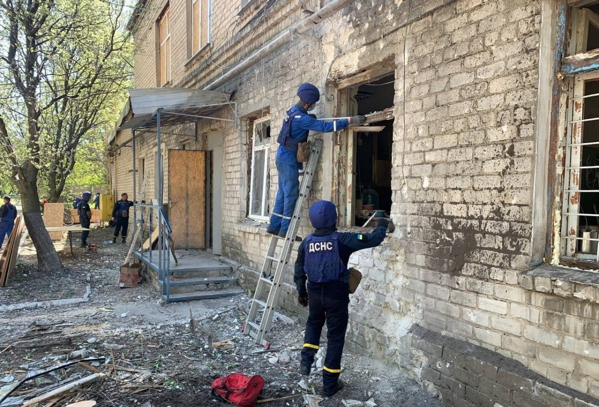 ДСНС України ліквідовує наслідки обстрілу лікарні у Красногорівці