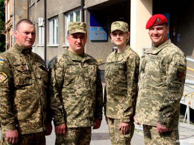 Львів'яни приходять на роботу у військовій формі: флешмоб «Я резервіст»