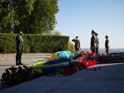 Володимир Зеленський поклав квіти до Вічного вогню, вшановуючи пам'ять загиблих у Другій світовій війні