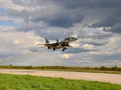 На Прикарпатті курсанти-льотчики «стають на крило»