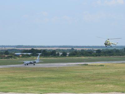 Військові авіатори виконують тренувальні польоти у небі над Вінницею