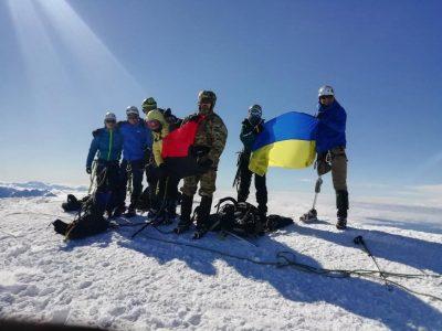 Троє українських захисників на протезах зійшли на одну з найвищих вершин Кавказу