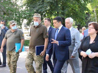 Дмитро Разумков в Одеському госпіталі відвідав поранених захисників і нагородив військових медиків