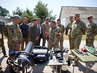 На Житомирщині Президент переглянув демонстраційні дії ССО ЗСУ з десантування, захоплення ворога та евакуації
