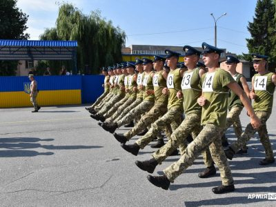 Як під Києвом військові карбують «парадний» крок