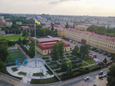 Найвищий флагшток на Львівщині було відкрито у Національній академії сухопутних військ. Саме тут сьогодні замайорів Державний Прапор розміром 8 на 12 метрів