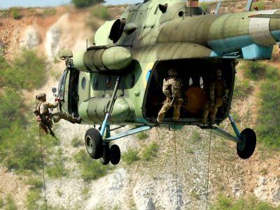 Наліт та евакуація гелікоптером: підрозділ ССО зі складу Об'єднаних сил продемонстрував свої тренування