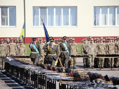 Першокурсникам Національної академії сухопутних військ урочисто вручили особисту зброю