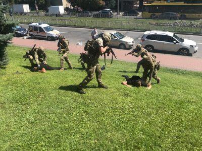 У Києві лунають постріли й вибухи