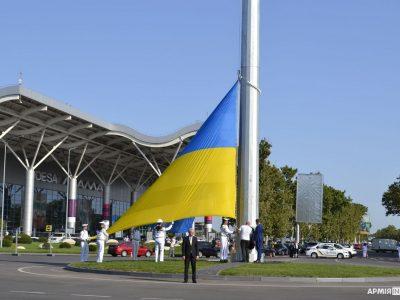 Найбільший синьо-жовтий стяг Одеси замайорів у Міжнародному аеропорту
