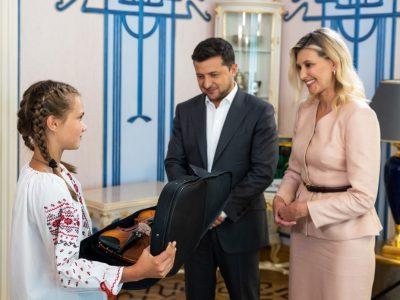 Володимир та Олена Зеленські зустрілися з родиною Тетяни Тулайдан, яка врятувала чотирьох дітей під час повені на заході України