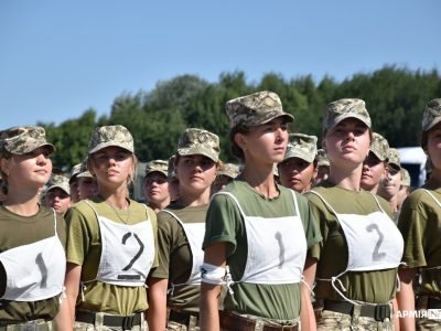 Тренування до військового параду: як готується жіноча «коробка»