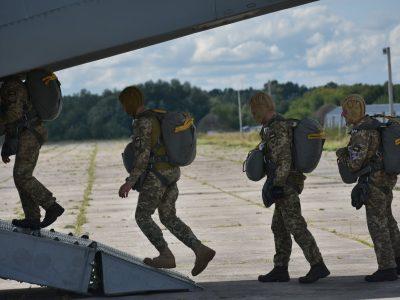 Українські десантники випробовують на літаках Ан-26 американські парашутні системи Т-11