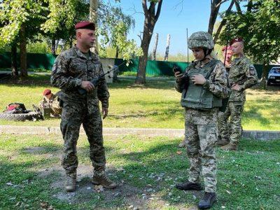 На Житомирщині десантники вдосконалюють навички із застосування засобів зв'язку