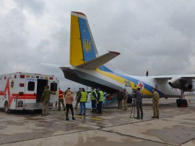 Санітарним літаком із Дніпра до Львова евакуювали вісьмох хворих та поранених військових
