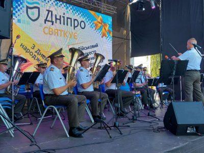 Військові музиканти продемонстрували мешканцям Дніпра творчість новітньої української армії