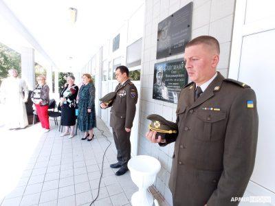 У Дніпрі відкрили меморіальну дошку загиблому захисникові Маріуполя Олегу Ейсманту