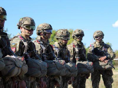 Десантники зі складу ООС зі зброєю та спорядженням здійснили стрибки з парашутом