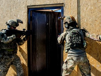 Спецпризначенці ССО відпрацювали бій на короткій відстані у приміщенні