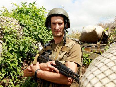 Дізнавшись, що старший брат дістав поранення, Анатолій одразу побіг до військкомату