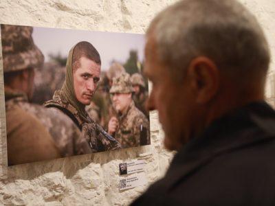 «13 ракурсів війни» – фотовиставка, присвячена захисникам і захисницям України