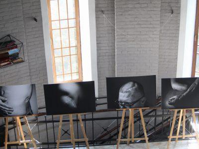 Рани війни: у Маріуполі триває фотовиставка «Цілісність»