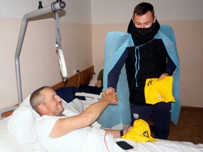 Пацієнтів Харківського госпіталю відвідали гравці футбольного клубу «Металіст 1925»